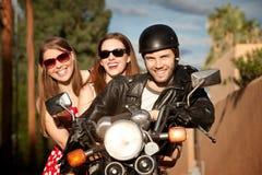 Trío que presenta en la motocicleta Imagen de archivo libre de regalías