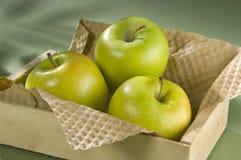 Trío verde de Apple en rectángulo de madera Fotos de archivo libres de regalías