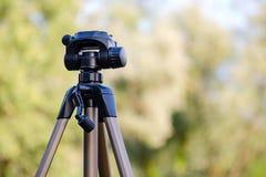Trípode para los soportes de la cámara en la calle imagen de archivo