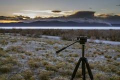 Trípode y puesta del sol sobre el Great Salt Lake Foto de archivo
