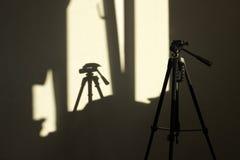 Trípode y una sombra de ella Imagenes de archivo