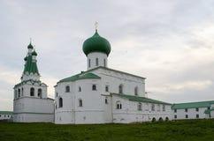 Trójcy katedra i dzwonkowy wierza Aleksander monasteru Leningrad region Rosja zdjęcie stock