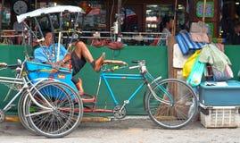 Trójkołowa taxi rowerowy parking przy ulicą Fotografia Stock