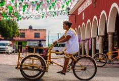 Trójkołowiec na ulicie w Tetiz, Meksyk obraz royalty free