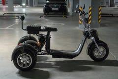 Trójkołowy elektryczny motocykl na podziemnym parking zdjęcie stock
