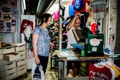 Trójnika koszulowy producent w Shuk HaCarmel, Tel Aviv, Izrael zdjęcie stock