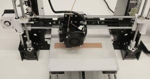 Trójwymiarowa drukarka podczas pracy w szkolnym laboratorium, 3D plastikowa drukarka, 3D druk zbiory wideo