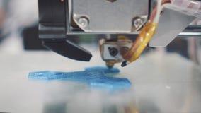 Trójwymiarowa drukarka podczas pracy w szkolnym laboratorium, 3D plastikowa drukarka, 3D druk zbiory