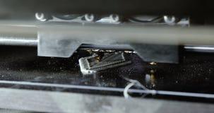 Trójwymiarowa drukarka podczas pracy w szkolnym laboratorium, 3D plastikowa drukarka, 3D druk zdjęcie wideo