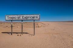 Trópico de la señal del Capricornio en el camino de Namibia Imágenes de archivo libres de regalías