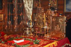 Trône avec l'évangile saint, les bougies brûlantes, les reliques des saints et le menorah avec les lampes brûlantes dans l'autel  Image libre de droits