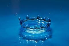 Tröpfchen des blauen Wassers des Effektes Stockbilder