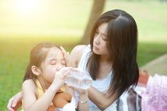 trösta moder för barn Royaltyfria Bilder