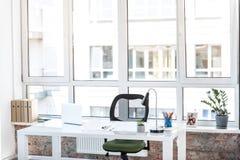 Trösten Sie Arbeitsplatz mit Blumentopf- und -familienbild Stockbilder