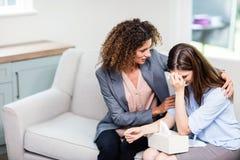 Tröstende deprimierte Frau des Psychologen zu Hause Stockfotos