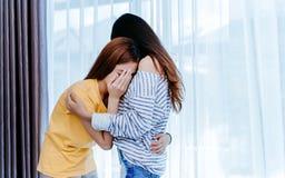 Tröstende Freundin des gleichgeschlechtlichen asiatischen lesbischen Paarliebhabers stockfotografie