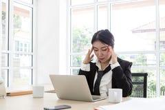 Trött affär för barn Kvinna som frustreras på arbete Känner sig stressat på arbete arkivfoto