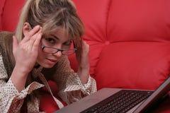 Trött affärskvinna och bärbar dator arkivbilder