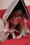 Trött affärskvinna och bärbar dator royaltyfria foton