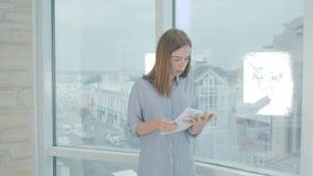 Trött affärskvinna som är upptagen med skrivbordsarbete i kontoret lager videofilmer
