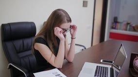 Trött affärskvinna som arbetar på bärbara datorn stock video
