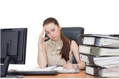 Trött affärskvinna som fungerar på henne workspace Royaltyfria Bilder