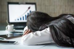 Trött affärskvinna som i regeringsställning sover arkivbilder