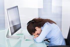 Trött affärskvinnabenägenhet på kontorsskrivbordet Royaltyfri Foto