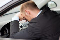 Trött affärsman- eller taxibilchaufför royaltyfri fotografi