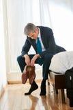 Trött affärsman i hotellrum royaltyfria foton