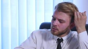 Trött affärsman som sent arbetar på natten och lossar hans band i kontoret stock video