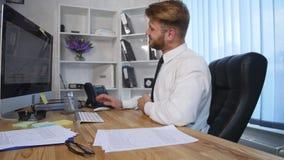 Trött affärsman som sent arbetar på natten och lossar hans band i kontoret lager videofilmer