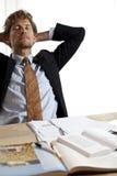 Trött affärsman som sovande faller på arbete Arkivbild