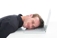 Trött affärsman som vilar på bärbara datorn Arkivfoto