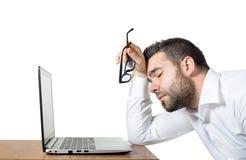 Trött anställd som är stressad nog att sova Royaltyfri Foto