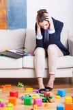 Trött arbetande mamma hemma Fotografering för Bildbyråer