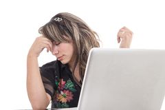 Trött arbete för latinsk flicka med bärbara datorn Arkivbilder