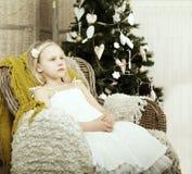 Trött barn, julferier Arkivfoton