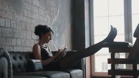 Trött flicka efter arbete som talar på telefonen arkivfilmer