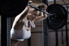Trött flicka, når att ha lyftt för vikt Arkivbilder