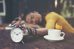 Trött flicka som sover på tabellen royaltyfri bild