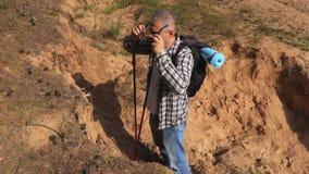 Trött fotvandrare på sandlutningen arkivfilmer