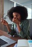 Trött frustrerad affärskvinna på arbetsplatsen royaltyfria foton
