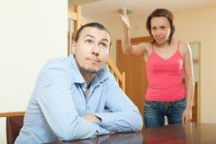 Trött grabb som lyssnar till hans ilskna kvinna Royaltyfria Foton