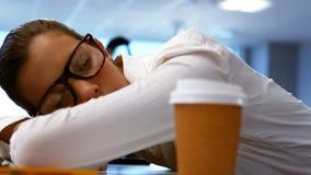 Trött grafisk formgivare som sover på hans skrivbord stock video