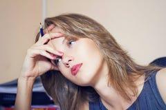 Trött härlig blyertspenna för kontorskvinnawitn i hand Royaltyfri Fotografi