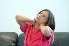 Trött hals Smärta i halsen av en kvinna från trötthet royaltyfri foto