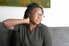 Trött hals Smärta i halsen av en ung flicka från trötthet royaltyfria foton