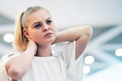 Trött hals Smärta i halsen av en ung flicka från trötthet royaltyfri fotografi