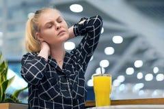 Trött hals Smärta i halsen av en ung flicka från trötthet arkivfoto